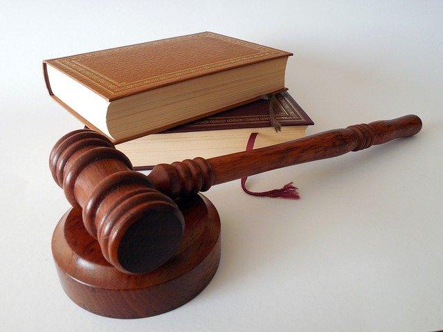 kolorowe zdjęcie: prawniczy młotek i dwie książki