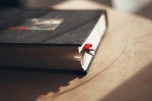 czarny notatnik na stole