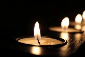 palące się świece na czarnym tle