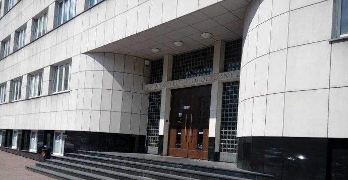 zdjęcie przedstawiające wejście do budynku wydziału filologicznego UŚ w Katowicach
