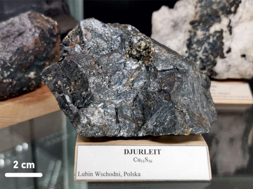 Badana próbka djurleitu pochodząca z kolekcji mineralogicznej Muzeum Nauk o Ziemi Uniwersytetu Śląskiego w Katowicach.