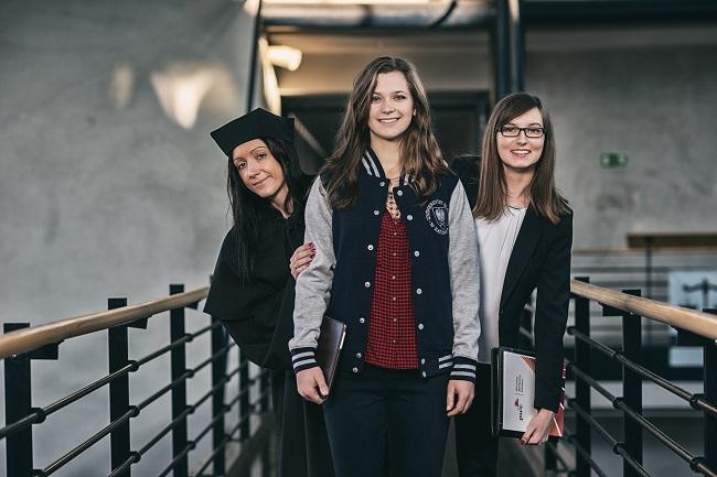 Uśmiechnięte studentki UŚ