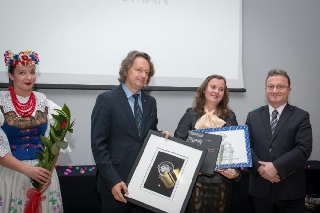 Od lewej: prorektor UŚ prof. dr hab. Ryszard Koziołek, laureatka konkursu dr Natalia Ruman oraz dr Jacek Siebel – Honorowy Absolwent Uniwersytetu Śląskiego