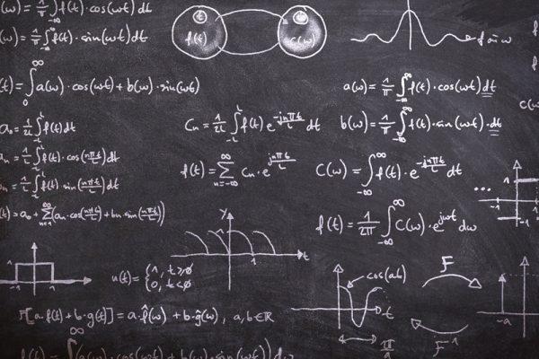 tablica zapisana równaniami matematycznymi