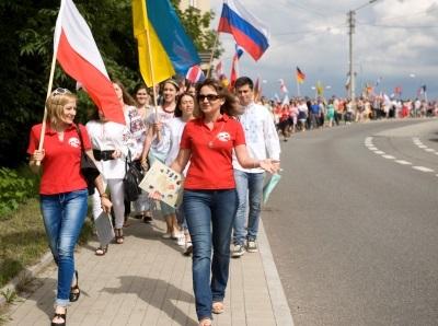 Grupa młodych ludzi z flagami