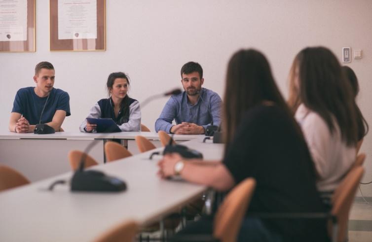 Osoby zgromadzone w sali konferencyjnej