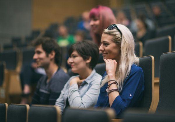 Osoby zgromadzane w sali wykładowej