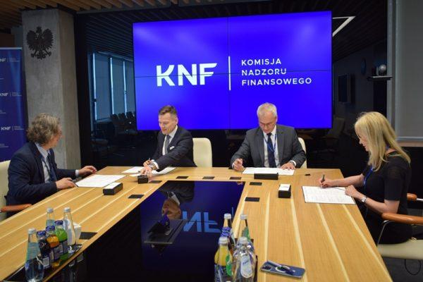 Spotkanie rektorów śląskich uczelni oraz przedstawiciela Komisji Nadzoru Finansowego - moment podpisania porozumienia o współpracy