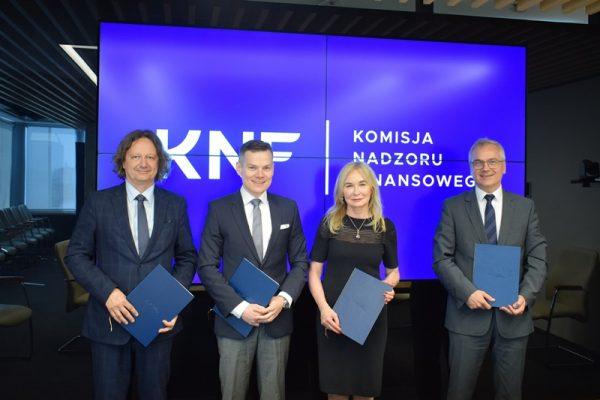 Rektorzy śląskich uczelni oraz przewodniczący Komisji Nadzoru Finansowego wraz z egzemplarzami porozumienia o współpracy