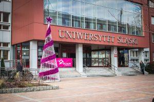 Choinka na tle rektoratu Uniwersytetu Śląskiego