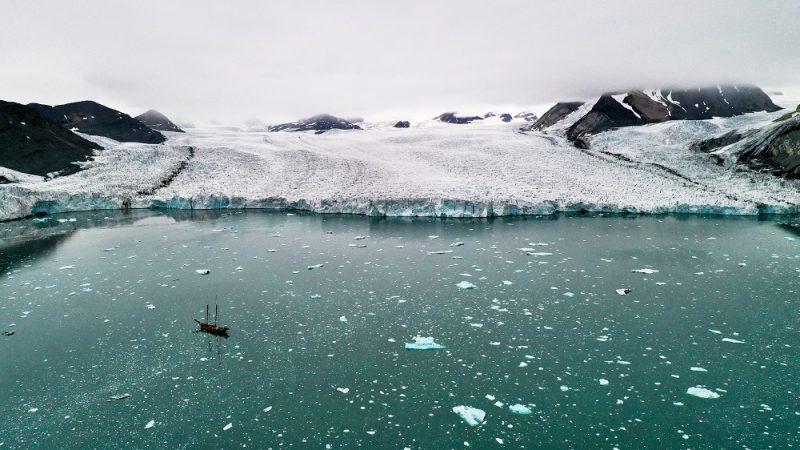 Czoło szarżującego Lodowca Paierla uchodzącego do fiordu Hornsund