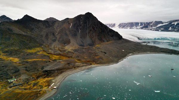 Polska Stacja Polarna nad fiordem Hornsund. Po prawej stronie lodowiec Hansa – jeden z najlepiej zbadanych lodowców Arktyki