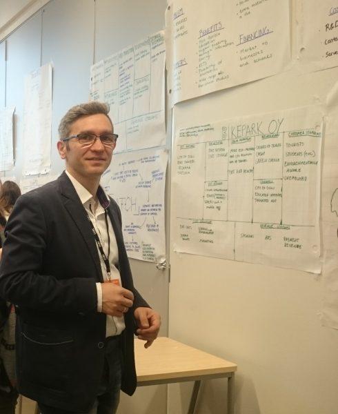 Dr Adam Pyszka z Wydziału Nauk Społecznych UŚ stojący przy tablicy