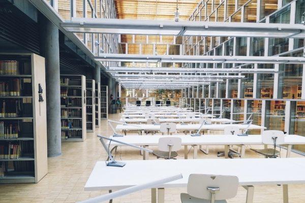Wnętrze Centrum informacji Naukowej i Biblioteki Akademickiej