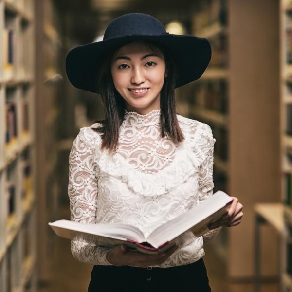 Młoda dziewczyna z książką