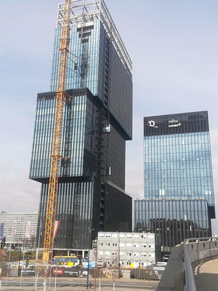 Budowa biurowca KTW II – widok na budynek i dźwig
