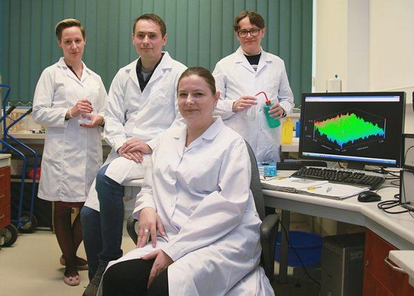 Grupa naukowców w laboratorium