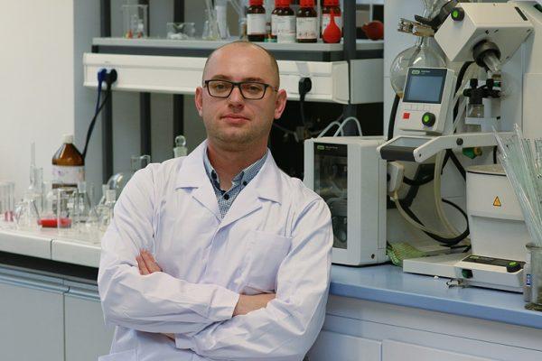Zdjęcie portretowe dr. inż. Macieja Serdy