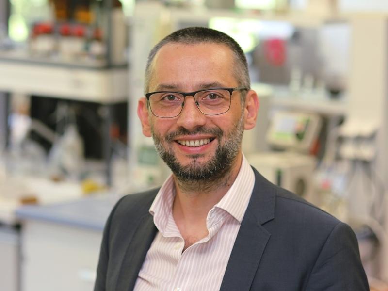 zdjęcie portretowe prof. Roberta Musioła
