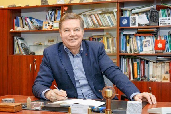 Prof. Janusz Janeczek przy biurku/Prof. Janusz Janeczek at the desk