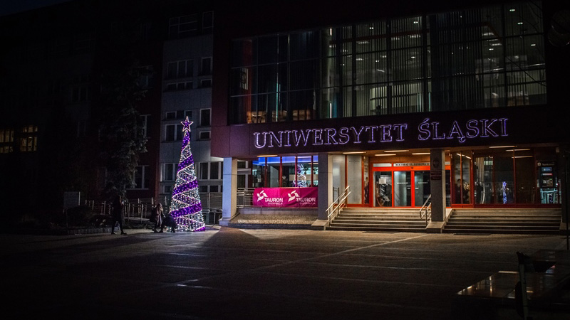 Choinka przed rektoratem Uniwersytetu Śląskiego
