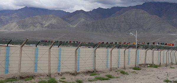 Granica pomiędzy państwami, w tle flagi