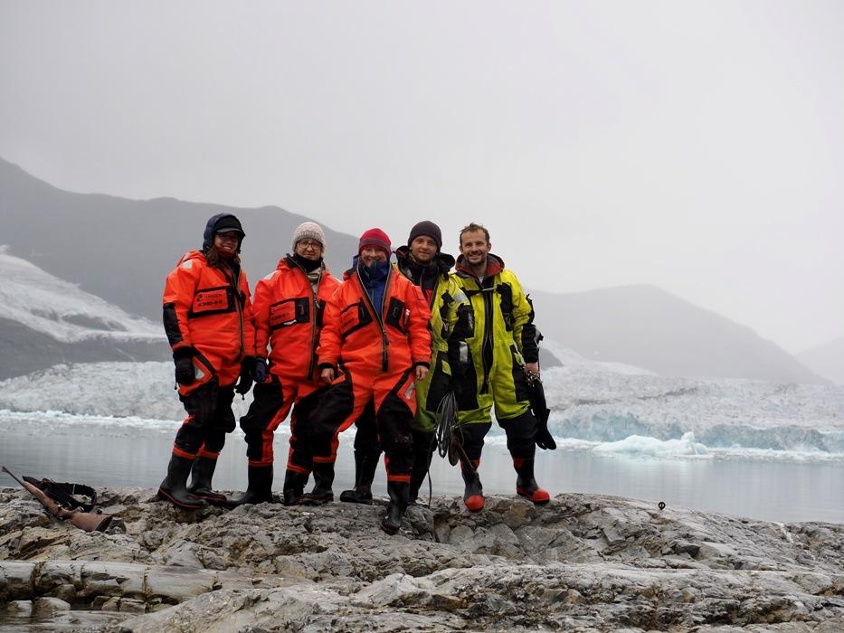 pięcioro ludzi na tle lodowców, członkowie wyprawy
