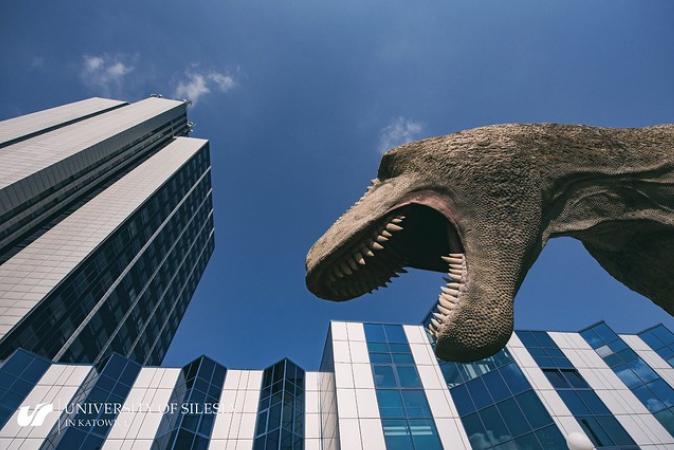 Budynek Wydziału Nauk Przyrodniczych z dinozaurem