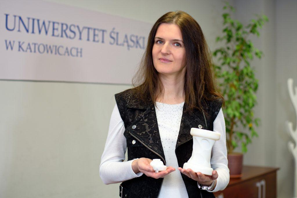Dr Małgorzata Janik prezentuje monitor oddechu