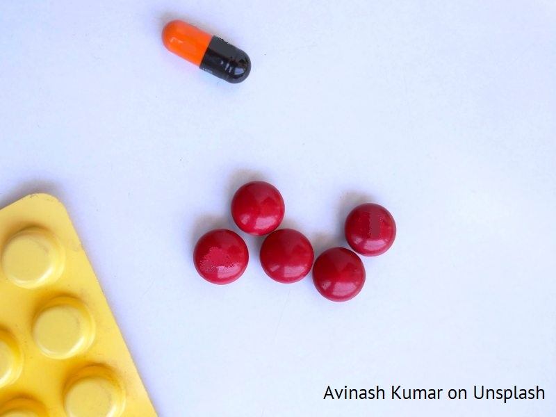 Leki na blacie stołu