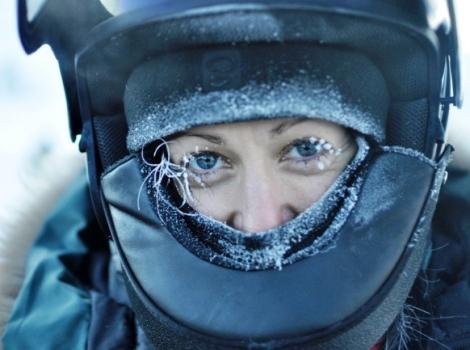Zbliżenie na twarz dziewczyny w kasku na lodowcu