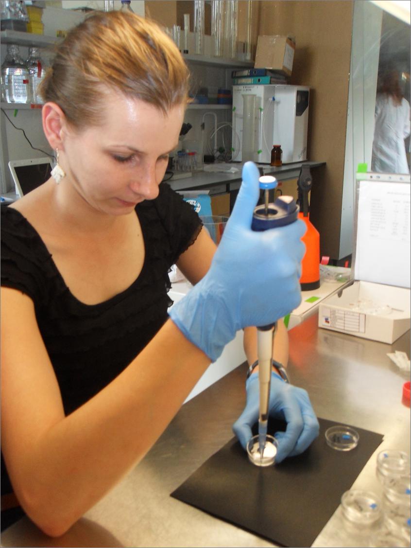 Zdjęcie dr Moniki Gajeckiej, która w laboratorium wykonuje analizy próbki