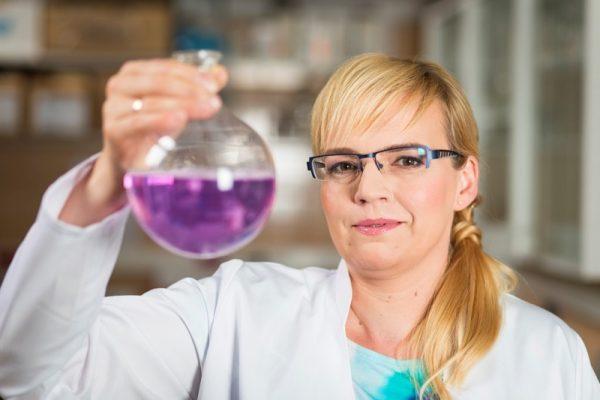 Dr Katarzyna Kasperkiewicz z Wydziału Nauk Przyrodniczych Uniwersytetu Śląskiego w Katowicach
