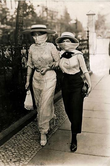Dwie kobiety w maseczkach – zdjęcie z początku XX wieku
