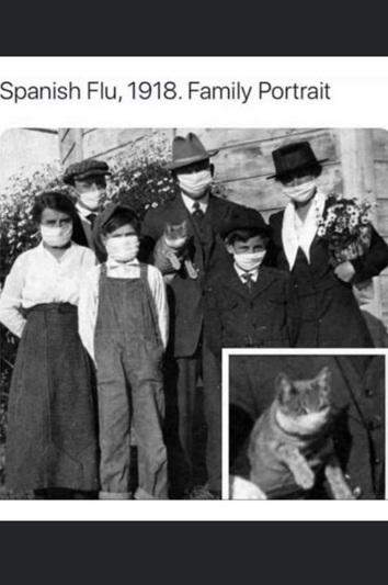 Sześć osób i kot – wszyscy w maseczkach, zdjęcie z początku XX wieku