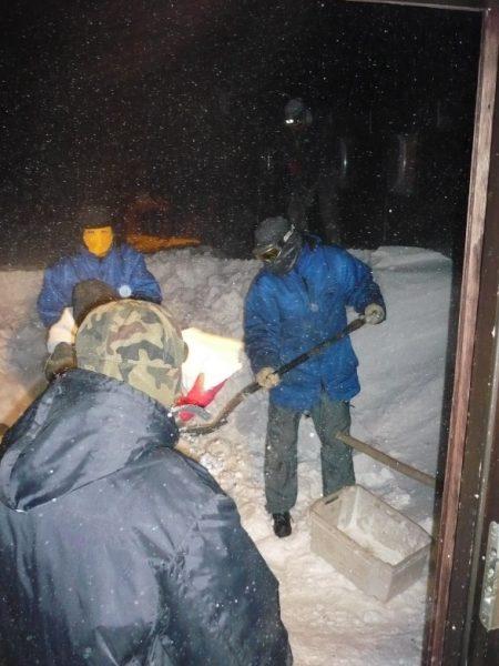 Troje ludzi pracujących na lodowcu