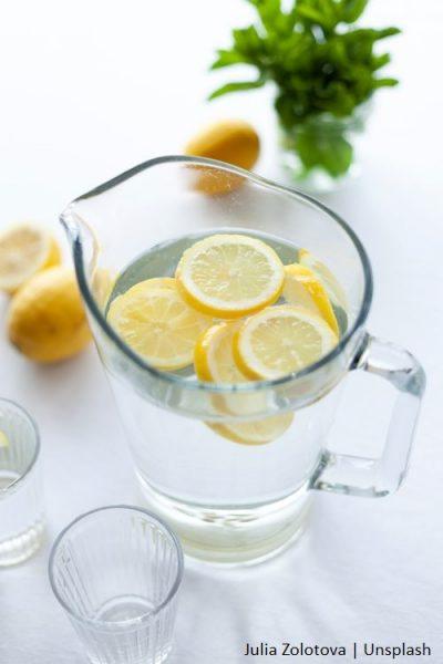 Dzbanek z wodą i cytrynami