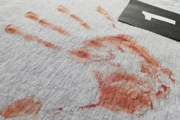 krwawy ślad dłoni
