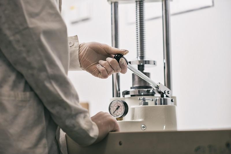 Osoba w laboratorium używa przyrządu laboratoryjnego