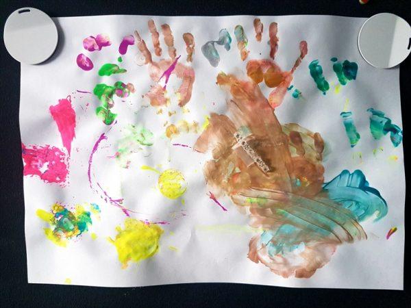 Twórczość dziecięca, odbicia dłoni i rysunki