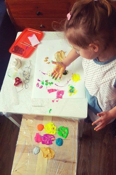 Dziecko malujące dłońmi