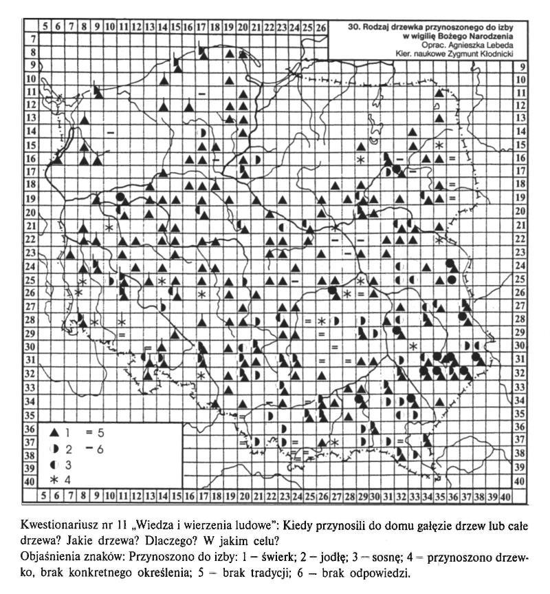 """Mapa Polski z zaznaczonymi znakami, które symbolizują odpowiedzi ankietowanych w kwestionariuszu pn. """"Wiedza i wierzenia ludowe"""". Respondenci odpowiadali na pytania dotyczące przynoszonych do izby w wigilię Bożego Narodzenia drzew: kiedy przynosili, całe drzewka czy gałęzie, jakiego rodzaju i w jakim celu. Z mapy wynika, że w Polsce najczęściej do izby przynoszone były świerki."""