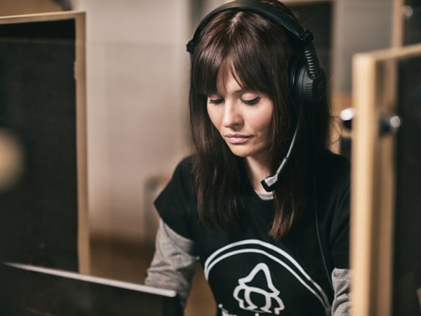 Kobieta ze słuchawkami i mikrofonem