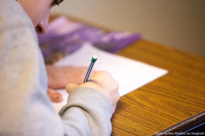Osoba wykonująca notatki. Fot. unsplash.com