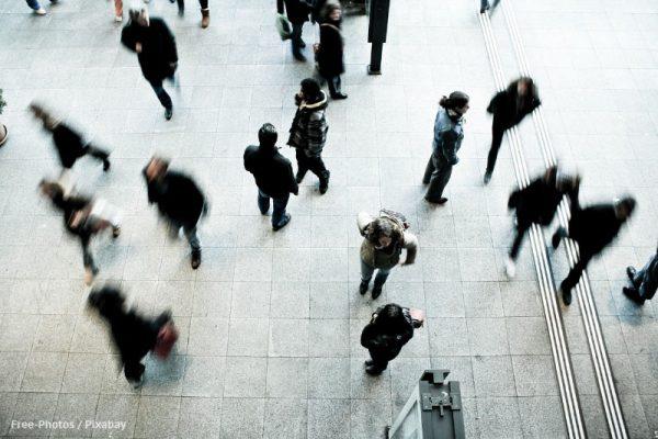 Ludzie na ulicy, ujęcie z góry