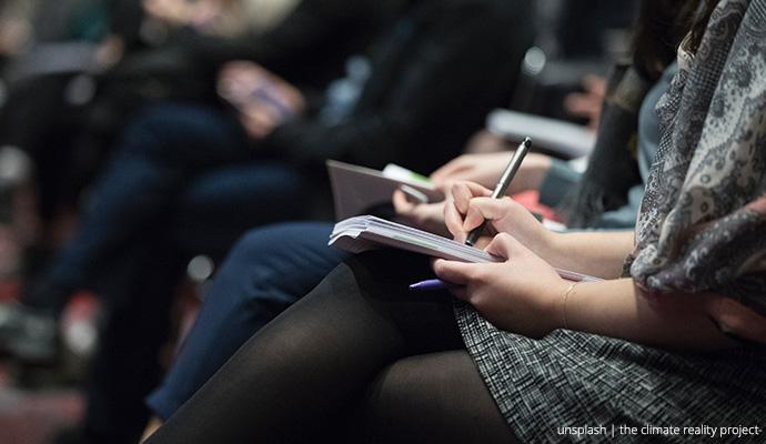 Osoba wykonująca notatki, zbliżenie na dłonie. Fot. unsplash.com