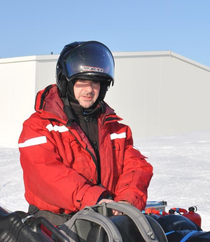 Dr Mariusz Grabiec w czerwonym kombinezonie na Spitsbergenie