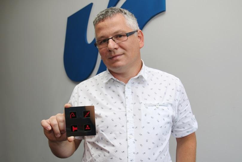 Dr Grzegorz Sapota prezentuje włącznik do budynków inteligentnych