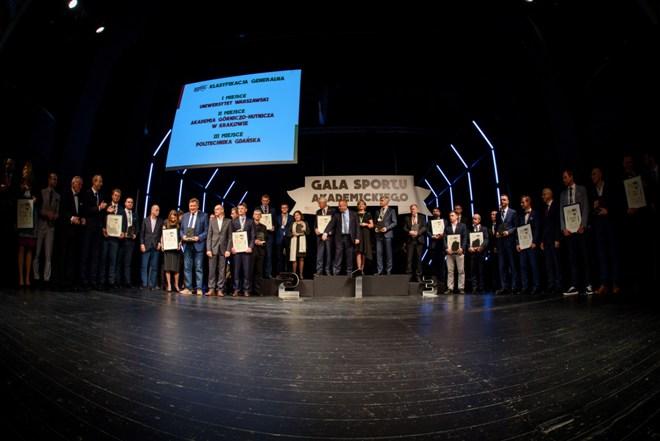Grupa osób nagrodzonych