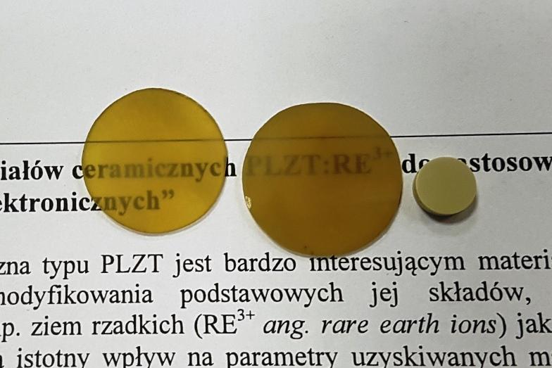 Transparentne próbki PLZT i PLZT:RE3+ w świetle dziennym